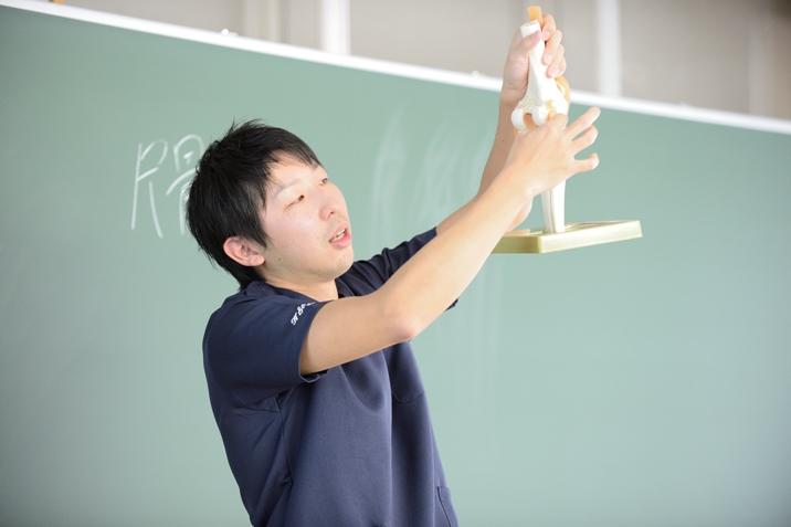 模型を使っての説明。本校には他校を圧倒する多くの人体模型を準備しています。
