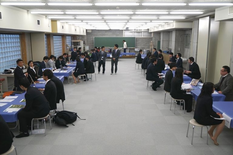 本校では、年に1回就職説明会を行っています。様々な接骨院や企業の皆様にご参加いただいています。