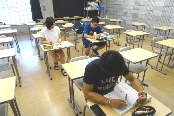 夏休み前の実力テストに向けて自習にも余念がありません。