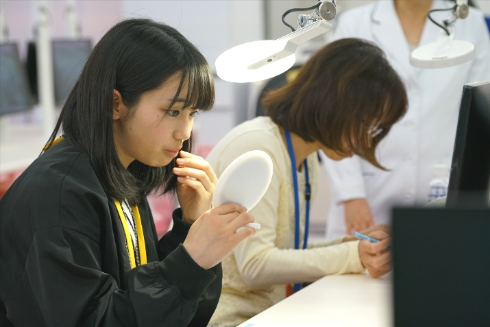 歯科衛生コースは自分の歯を観察したりもします。